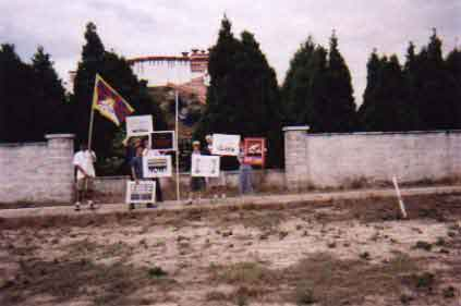 Demonstrators at Potala Palace exhbit